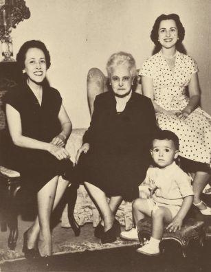 Doña Lucilia, su hija doña Rosée (derecha), su nieta doña Maria Alice (izquierda) y su bisnieto Francisco Eduardo