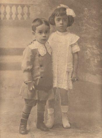 El pequeño Plinio con su hermana Roseé